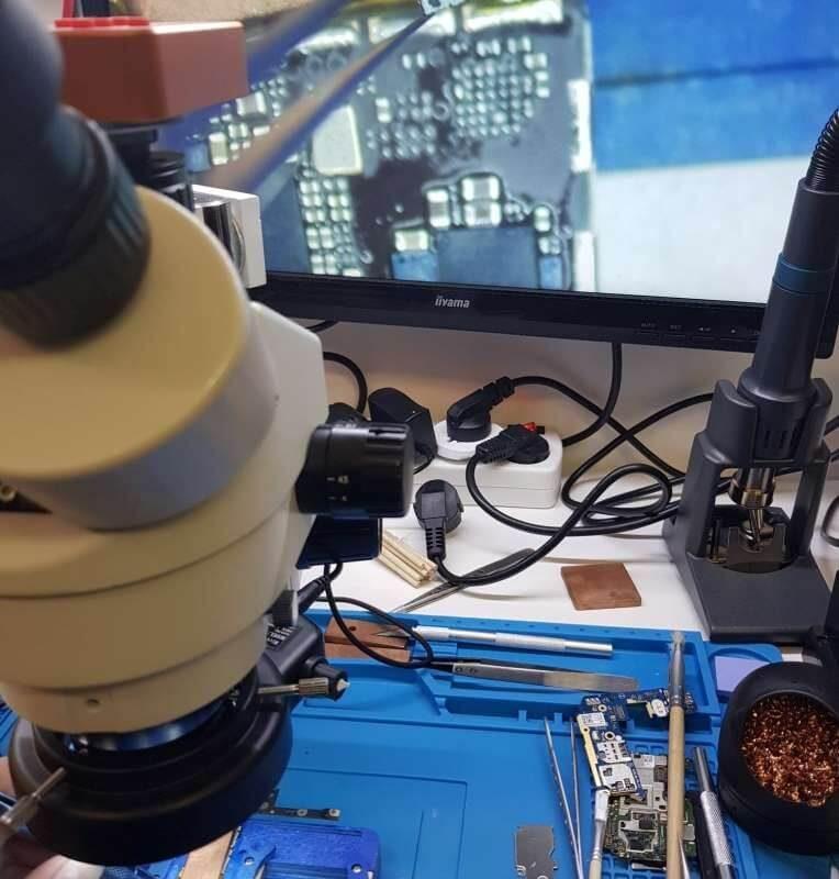 iPhone-servis-olomouc-oprava-zakladove-desky-Mobil-SERVIS-opravaLCD-odpajeny-vadny-cip-spravy-napajeni-realna-velikost-i-pod-mikroskopem-4