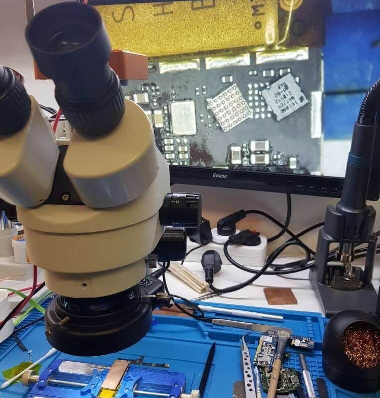 iPhone-servis-olomouc-oprava-zakladove-desky-Mobil-SERVIS-opravaLCD-stary-a-novy-tristar-napajeni-velikost-pod-mikroskopem-6